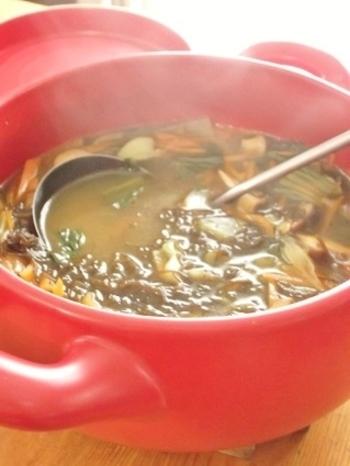 もずくと長ネギやにんじんをたっぷり入れたスープです。ほんのり香るカレー風味が意外にも白だしとマッチ!体も芯から暖まる一品です。