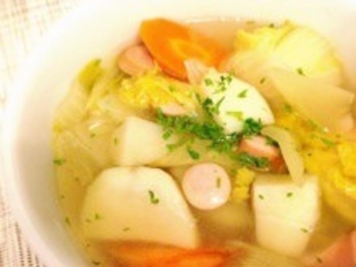 お野菜をたっぷり入れた、王道のコンソメスープです。旬のお野菜をたっぷり入れて煮るだけで、栄養バランス抜群のスープが出来上がります。冷蔵庫に余ったお野菜で出来るのも魅力です。
