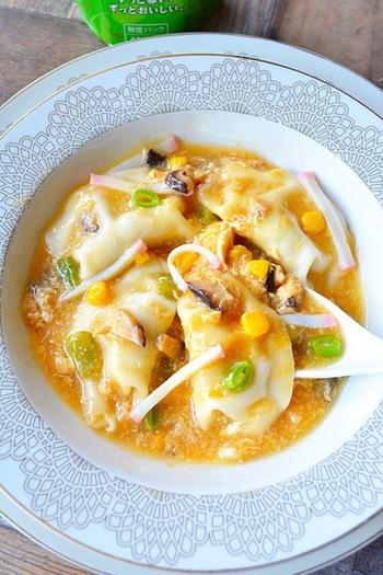 市販の水餃子を使ったボリュームたっぷりのスープ。しょうがでポカポカ、ごま油のいい香りが魅力の一品です。