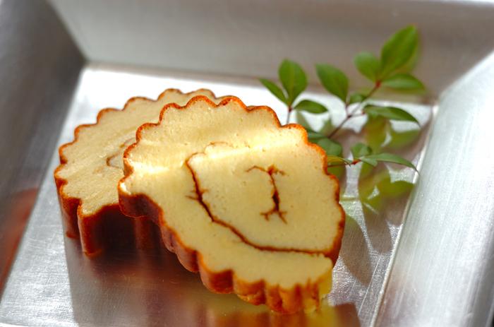 巻き込んだ形が、進化、教養、文化を表わす『伊達巻き』。 こちらは、はんぺんを使ってオーブンで焼いて巻いたお手軽レシピ。香ばしい焼き色が食欲をそそります♪