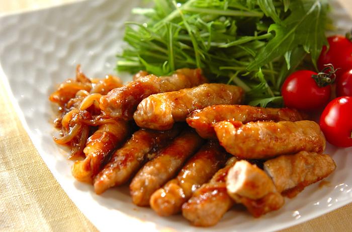 薄切り肉でお餅をくるくると巻いてボリュームアップさせた、お餅と豚肉の生姜焼きです。お弁当にも詰めやすいのでお勧めです。