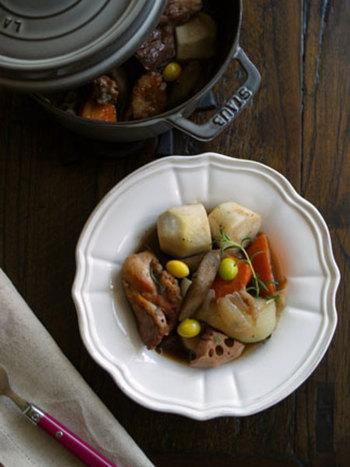 冬の季節は、根菜の煮込み料理があったまりますね。こちらのレシピでは、鶏のもも肉と根菜類を、イタリア風にニンニク、唐辛子、赤ワインで煮込んでいます。煮込む前にオリーブオイルで鶏肉をしっかり焼き、オイルに鶏のうまみを染み込ませています。