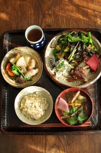 具だくさんのお味噌汁に、鶏肉の治部煮、マッシュポテトのサラダ、スペアリブの煮物の献立。かぶの赤味が食欲をそそり、鮮やかです。