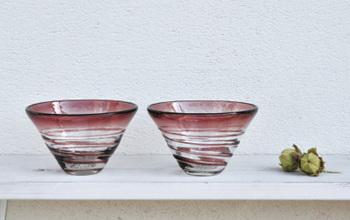 平岩さんの作品には、すべてリサイクルガラスが使用されています。完璧なクリアーではなく、透明なガラスの中に、いくつもの色があって、そのグラデーションが放つ存在感が素敵です。