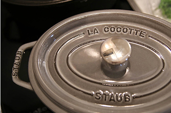 ストウブの鋳物ホーロー鍋は、ひとつの鍋にひとつの砂型を使って手作りされます。鋳物なので重さはありますが、保温性・熱伝導率がともに高いため、IHを含めどんな熱源でも調理ができ、保冷性能も高いので冷蔵庫でも保存できます。さらに、お鍋の内側に施された独自の加工のおかげで、焦げ付きにくく洗いやすいというメリットも。