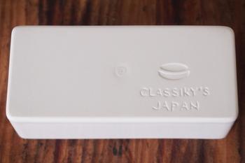 白磁の道具シリーズのアイテムは、裏を返すと「CLASSIKY'S JAPAN」の文字とマークが彫られています。手書きのような文字がかわいらしいですね。細部にまで行き届いたこだわりは、ものづくりへの愛情の証です。
