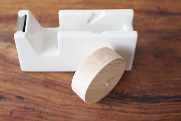 こちらは、Lサイズ。通常のビニールテープで使うことができます。S、Lサイズともに、芯の部分には木材を使用。白磁のやわらかな白色と木材の組み合わせが、よりいっそう温かみのある雰囲気を醸しだします。