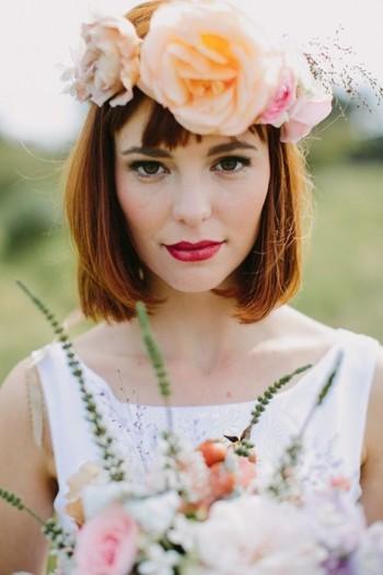 シンプルなダウンヘアも毛先をゆるく内巻きにワンカールしてフェミニンに。ゴージャスな花冠が引き立つスタイル。
