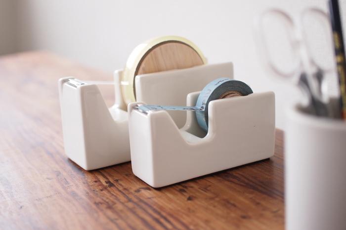 白磁できた珍しいテープカッターは、プラスチックとは異なる、表面のつるりとした重厚な質感を楽しみたいアイテムです。白磁自身の重みによる安定感があり、使いやすさも抜群。見た目だけではなく、機能面でも優れています。
