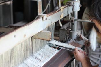 高度に分業化された工程を伝統的に引き継ぎ、独自の柔らかな風合いや独特の優しい手触りを実現しています。