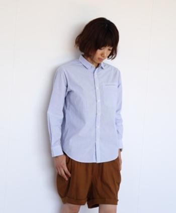 優しいブルーの色合いが素敵なシャツ。超高密度で織ったコットンの生地は、肌に触れると柔らかくしなやかな質感です。