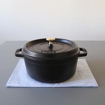 ストウブの鋳物ホーロー鍋シリーズには、「ピコ・ココット ラウンド」、「ピコ・ココット オーバル」、ピコ・ココットよりも浅めの「シャロー」などがあります。その美しいフォルムも魅力の1つです。サイズも用途に合わせて選べます。