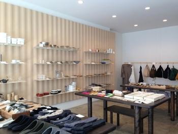 店内は明るく、衣料品から食料品まで幅広いアイテムが揃っています。自分用にも、贈り物用にも素敵なものばかり。