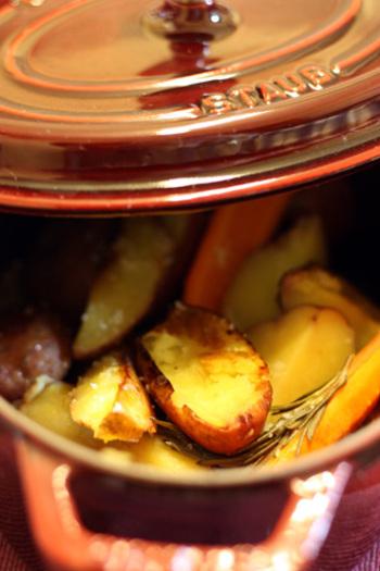 オリーブオイルを熱したストウブ鍋に、じゃがいも・にんじん・ローズマリー・ローリエを入れて塩をふり、ふたをして蒸し焼きにします。シンプルなレシピですが、ほくほくのじゃがいもがとても美味しそうです。