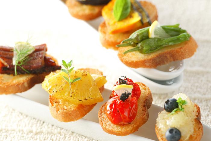 色とりどりのグリル野菜とカマンベールチーズを、ガーリックトーストにのせて♪色鮮やかな食材がテーブルにあるだけで、パーティーに華やかな雰囲気が出ますよね。