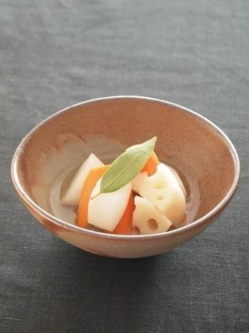 にんじんやかぶ、大根などとあわせて、冬野菜のピクルスはいかがでしょうか。サッパリとしたピクルスは、箸休めにもちょうどいいですね。