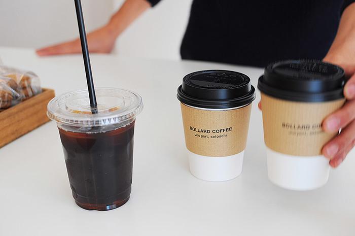 ショップに併設された珈琲スタンドではテイクアウトのコーヒーが楽しめます。一杯一杯丁寧にドリップされたコーヒーは本格的。