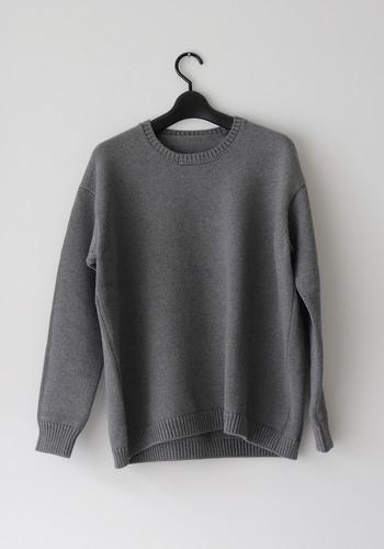 綿ニットのセーターはゴーシュのお洋服。独自の糸がたっぷりとした質感を出してくれます。
