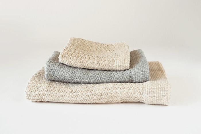 古い織り機でゆっくりと織られたタオルは柔らかく肌に優しい質感。ナチュラルなカラーも素敵ですね。