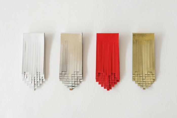 皮のブローチは細かな幾何学的なカッティングが印象的。ミュージアムショップに並んでいそうなモダンなデザインです。
