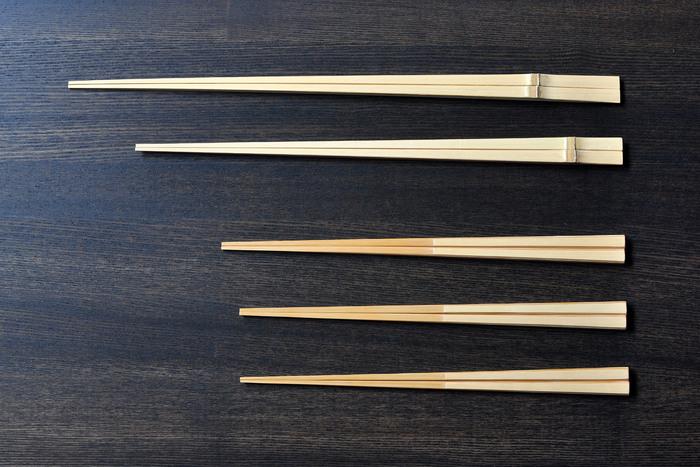 シンプルな竹のお箸は毎日の食卓に。長さや形、素材を生かした仕上げなど細かなこだわりが詰まっています。