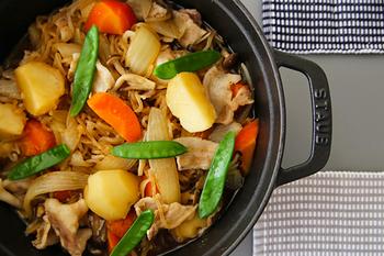 調理時に水を加えず、食材に含まれている水分だけで調理をする「無水調理」が可能なのも大きな特徴です。