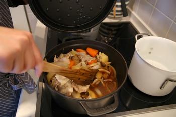 食材から出た水分が重いふたの裏側の突起(ピコ)を伝って再び食材にまんべんなく落ちていく、ストウブ独自の「セルフ・ベイスティング・システム」というしくみで、調理の際に香りや風味、栄養を逃しにくく、食材の旨味が引き出されやすくなっています。