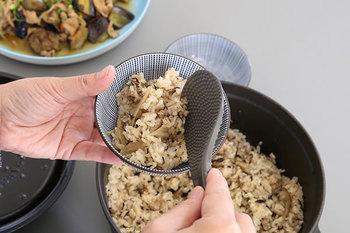 ゴボウとひじきの炊き込みごはん。ストウブの鋳物ホーロー鍋なら、調理中に蒸気を循環させて旨味をじっくりと引き出してくれます。主役のごちそうになる美味しいごはんを鍋ごと食卓へ運んで、みんなでワイワイといただきたいですね。