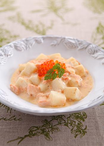 お餅をニョッキに見立てたイタリアン風レシピ。サーモンの淡いピンクがとってもきれい♪