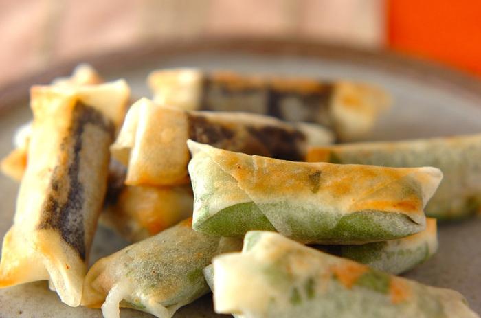大葉や海苔と一緒に春巻きの皮で巻いて、フライパンで焼いたアレンジレシピ。中に忍ばせた柚子こしょうやお味噌との相性も抜群です。こちらもおつまみにぴったりなレシピです。