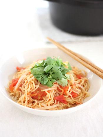 トマト好きはこの焼きそばがおすすめ!トマトをたっぷり使っているので、トマトのジューシーさを味わえます。トマトにも火を通しているので、甘みが増してさらに美味しいですよ♪