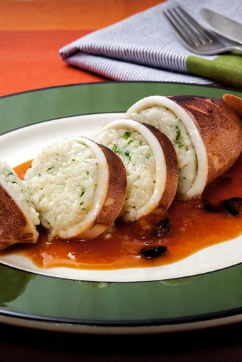 洋風のイカメシ!パルミジャーノをたっぷり混ぜたライス詰めたイカを、白ワインとトマト、鶏がらスープとオリーブで味付けをした、風味のあるファルシです。