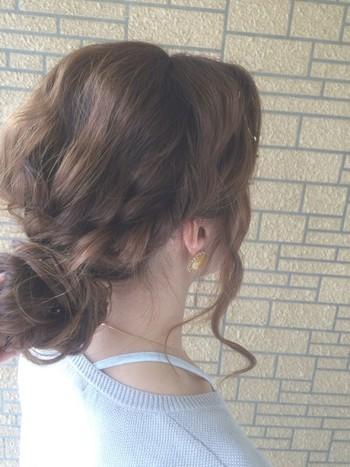 ざっくりまとめた髪を低めでくしゅくしゅとお団子に。サイドの髪を残すのがゆるふわで可愛い。