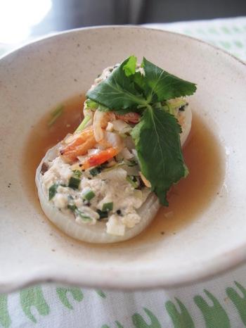 甘みのある新玉ネギにお豆腐と鶏ひき肉の種を詰め、レンジで加熱するだけの簡単でさっぱりとしたファルシー。海老のうま味の和風あんかけで上品な味わいです。