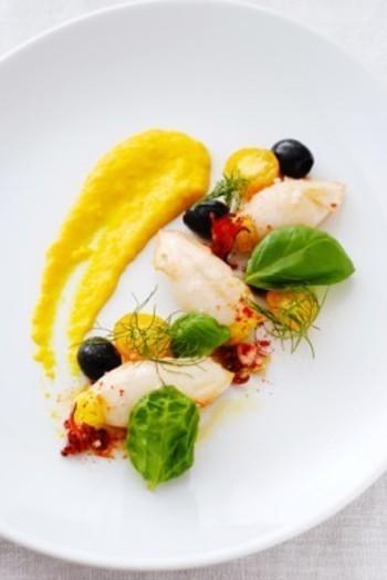 鮮やかな黄色のサフランライスを詰めたヤリイカのファルシー。イエローパプリカのソースを添えた、華やかなメインディッシュに。