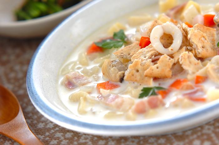 魚介の旨味たっぷりの「クラムチャウダー」。寒い季節にぴったりのメニューですよね。冷凍のシーフードミックスを使えば、調理も簡単。お野菜もたっぷり入って、栄養バランスも◎な一品です。