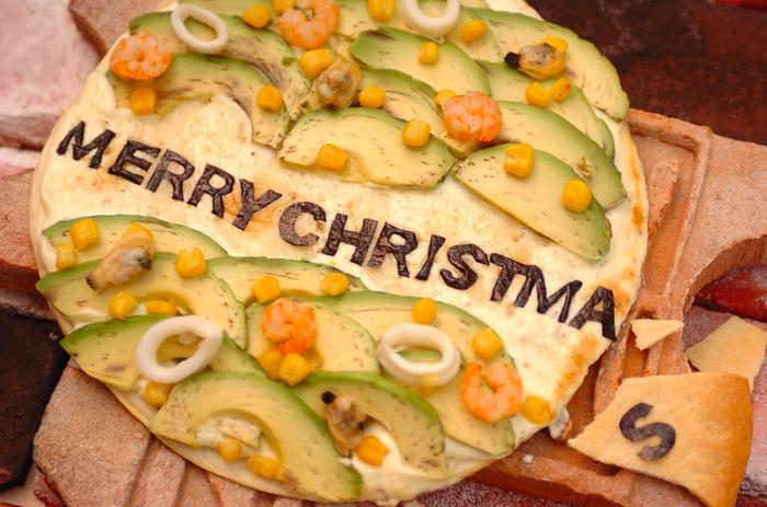 シーフードミックスはアボカドと相性抜群!クリスマスにはそんな2つの食材をトッピングした、美味しいピザを焼いてみませんか?爽やかな味わいのクリームソースが、アボカドと魚介の美味しさを引き立ててくれます。