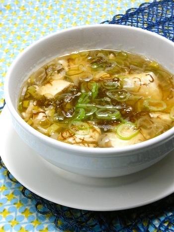 湯豆腐みたいであったか疲労回復スープ。また、100g中に6kcalしか含まれないもずくはたっぷり入れてもとってもヘルシーで、食物繊維もたくさん含んでいるのでダイエットや美肌にも効果的ですよ。