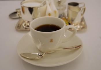 ガスで浅めに焙煎され、店内で荒挽きされた穏やかな風味のコーヒーは、おかわり自由。味が気に入らない場合は、淹れなおしてくれるサービスも。