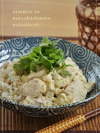 ヘルシーで高タンパクな豆腐と鶏胸肉をアジアン風に味付けして丼に。お米を減らして具をたっぷりにしてもヘルシーて深夜ごはんにぴったり。唐辛子を加えてピリ辛にしても美味しいですよ。