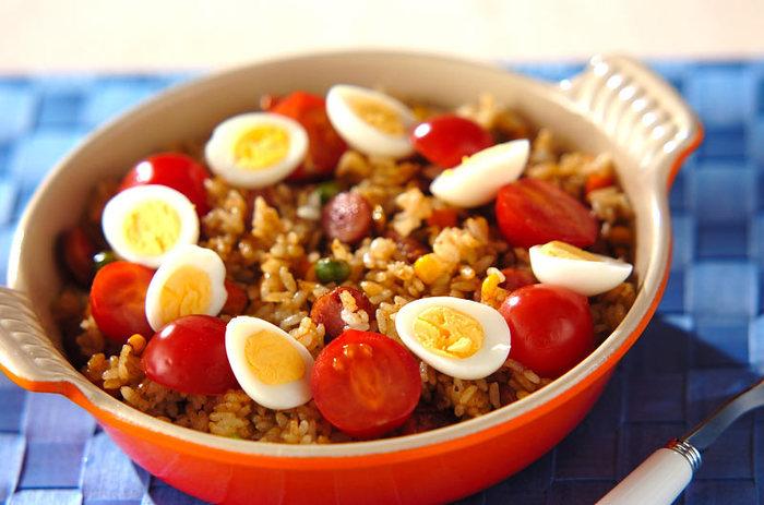 ランチにはササッと作れる、こちらのピラフもおすすめです。香ばしいカレーの香りが美味しい一品。カレールウは混ざりやすいよう、細かく刻んでおくのもポイントです。仕上げにうずらの卵とトマトを飾って、彩りも綺麗に♪