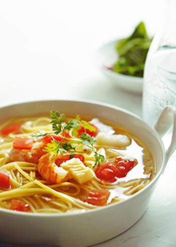 彩りも綺麗なトマトとシーフードのスープパスタ。こちらは海老とイカが入ったシーフードミックスを使用しています。トマトの酸味と魚介の旨味が合わさったスープは、最後のひと口まで味わいたくなる美味しさ!