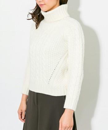 去年よりも流行している白タートルニット。襟元のデザインも様々なタイプが出ています。より今年っぽく着るには、襟元にややボリュームがあり少しタイトなタイプがオススメです。