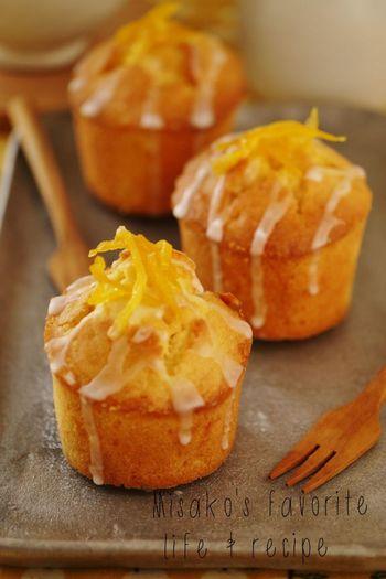 しっとりとしたマフィンに、香り豊かな柚子がほっこりとした気分にしてくれる美味しいレシピです。柚子の皮のちょっとビターな味わいがクセになります。