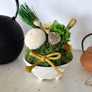 存在感たっぷりのプリザーブドフラワーの苔玉アレンジ。大きめのピンポンマムと松のプリザーブドをアクセントに、和陶器に大胆にアレンジして、一気にお正月感満載♪
