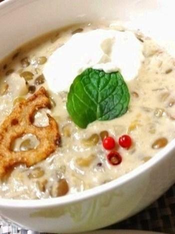 レンズ豆とレンコンを使った、モロッコ風のポタージュ。レンコンはすりおろすととろみがついて、レンズ豆との相性もバッチリ。モロッコクリームを加えて、おしゃれなスープに。
