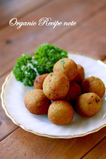 ファラフェルとは、中近東が発祥のヘルシーフード。ひよこ豆とパセリや香辛料を混ぜて揚げたものです。パンにはさんでいただいても美味しいそうです。