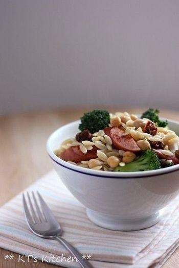 オルゾーとは、イタリアのお米の形をした小さなパスタ。ひよこ豆とソーセージが程よくミックスされて、見た目も可愛らしい一品。