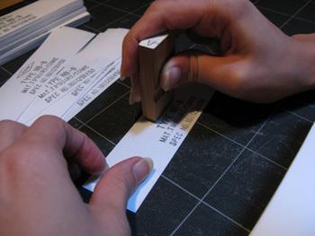 背表紙の帯は1枚1枚丁寧にスタンプを押すというこだわりよう。