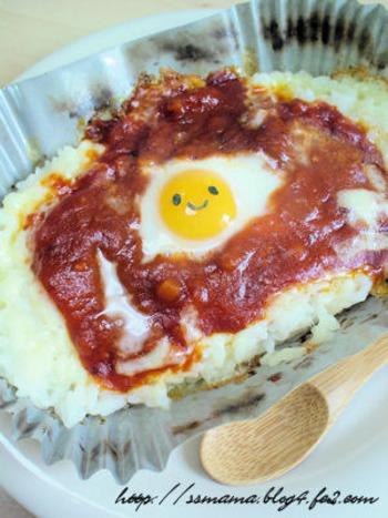 見ていて楽しい黄身に海苔の笑顔がある簡単なドリア。耐熱容器にごはん、チーズ、市販のミートソースで作るシンプルな料理です。チーズとミートの黄金コンビは子どもも大好き。休日のお昼にも食べたいメニューです。